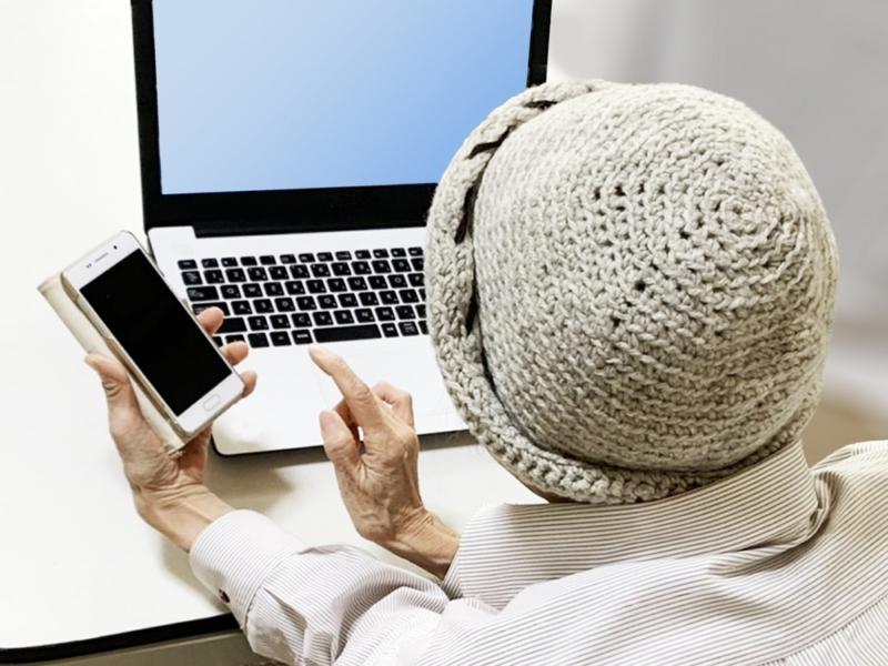 高齢者のスマホとパソコン