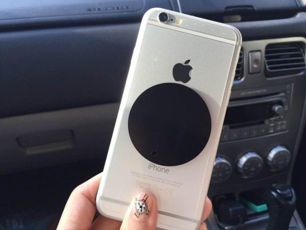 付属の磁石をスマートフォン本体に張り付けます。