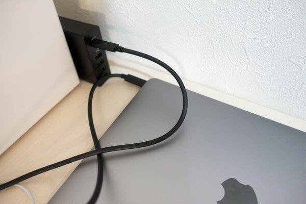 充電器とケーブルと12インチMacBookがブラック系で統一されいい感じ