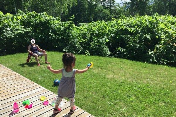コンドミニアムの庭で遊ぶ幼児