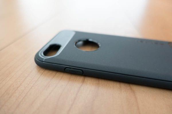 ボタンはケースが覆い隠す(スリープボタン)