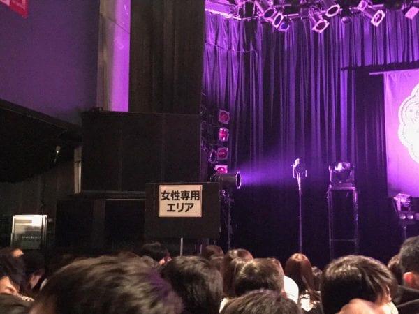 女性専用エリアはステージに向かって左側
