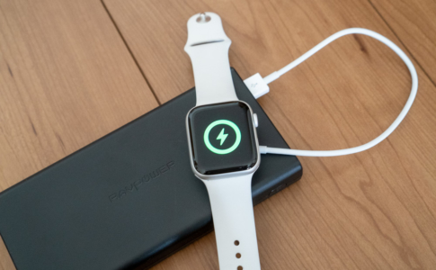 Apple Watchはモバイルバッテリーと純正磁気充電ケーブルで充電