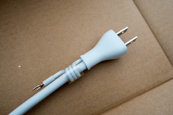 iMacのコンセントはアースを繋がなければ一般的な2Pコンセント