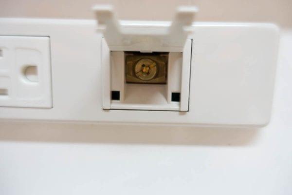 プラスねじで挟み込んで接続するアース端子
