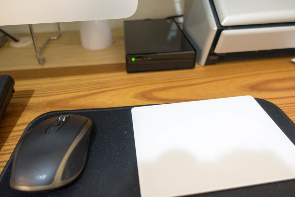 Time Machine用HDDはデスクに配置