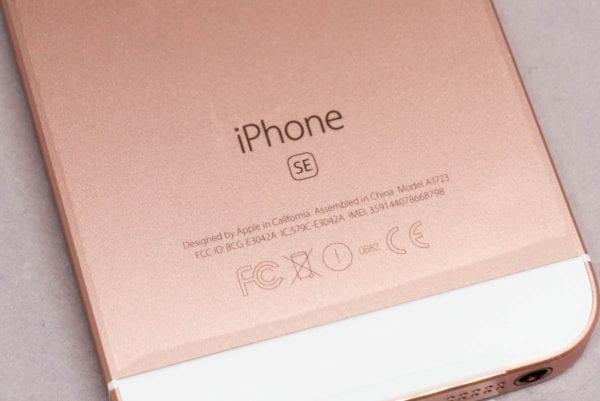背面には『iPhone SE』の刻印