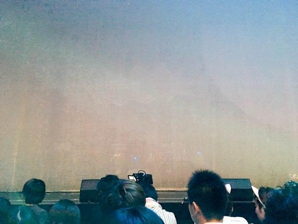 開演前。ステージ前方にスクリーンが配備されていた