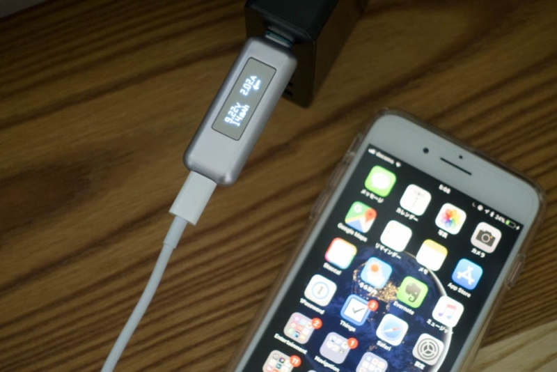 USB-C Lightningケーブルで充電中