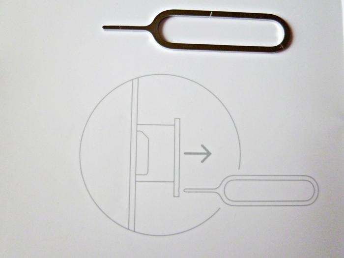 SIMロック解除されたかどうか確認するため他社SIMを入れる:SIMを取り出すためのピン