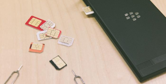 スマホとたくさんのSIMカード
