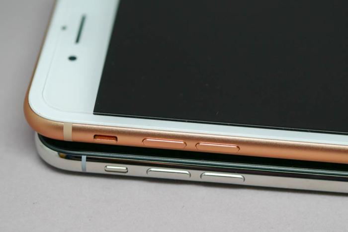 iPhone XとiPhone 8 Plusの比較(左側面)