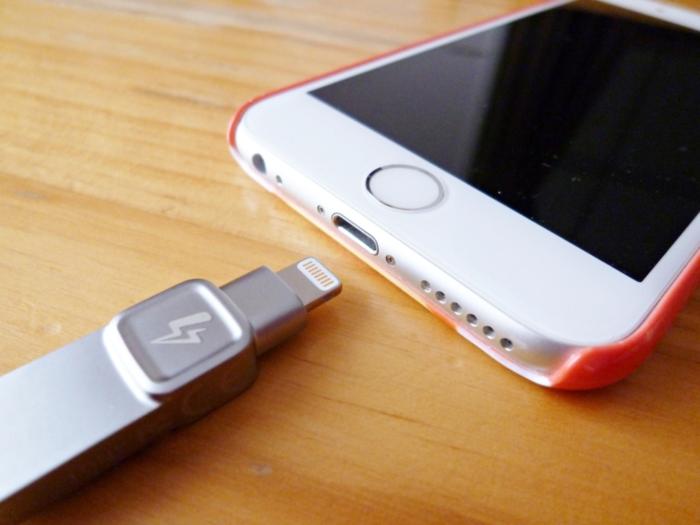 datatraveler-bolt-duo iPhoneにさす