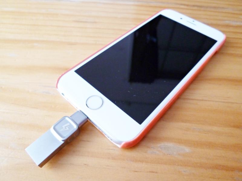 datatraveler-bolt-duo iPhoneにさしたところ