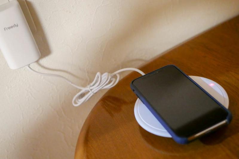 iPhone Xを充電中