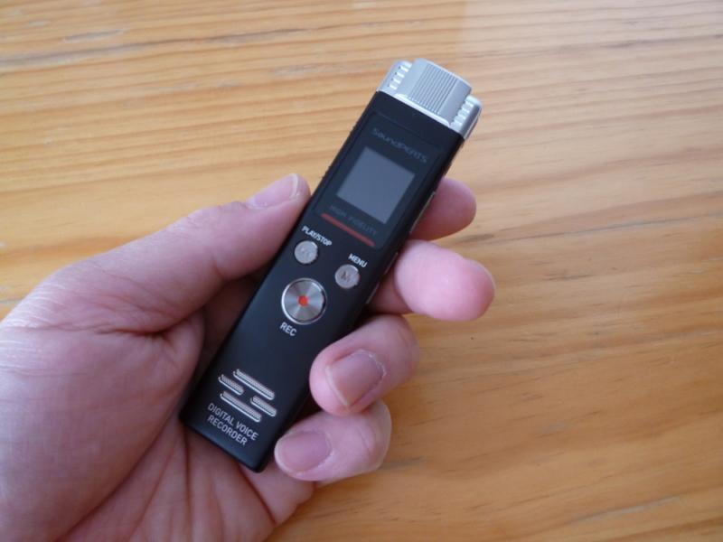 SoundPEATS(サウンドピーツ) Nano6 ボイスレコーダーを手に握った画像