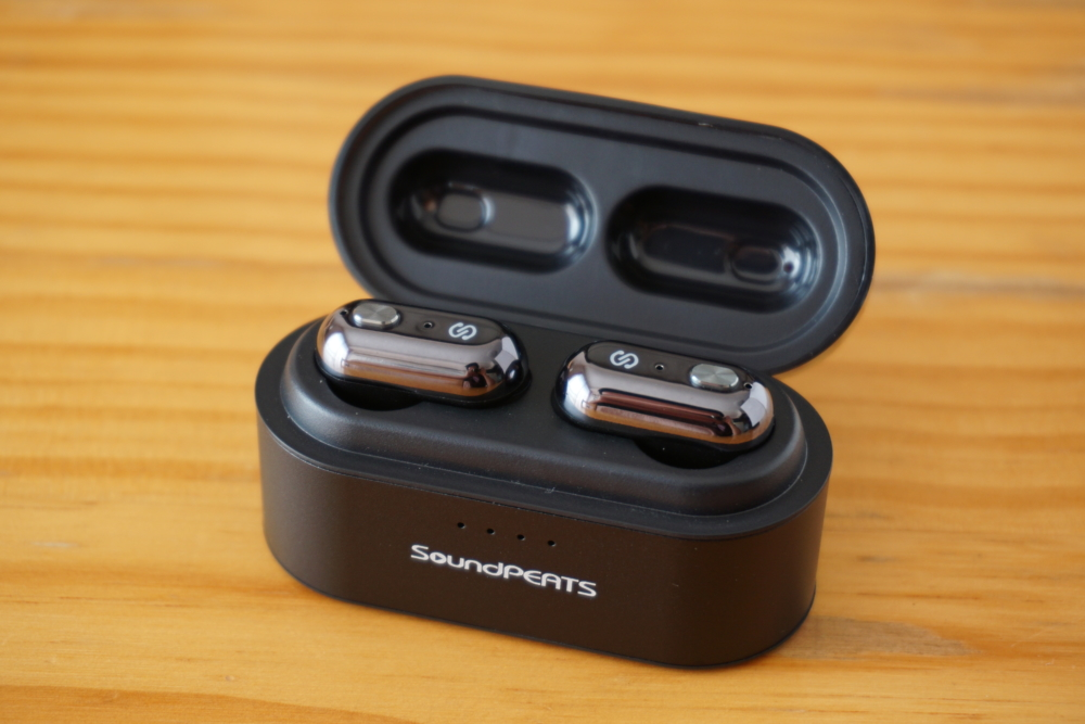 SoundPEATS(サウンドピーツ) Truengine Bluetooth イヤホン 充電ケースを開ける