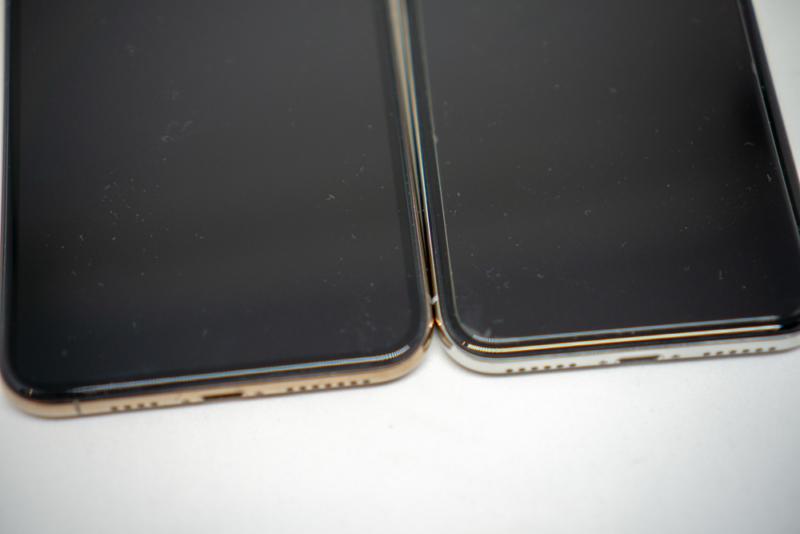 左が全面保護タイプ、右が通常タイプを貼り付けたiPhone