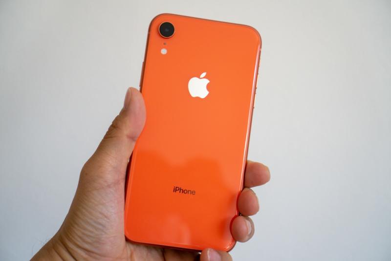 iPhone XRを手に持ってみた