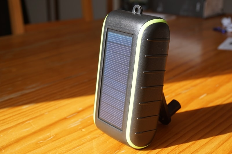 【Chargi-Q mini(チャージックミニ)ソーラーチャージャー モバイルバッテリー 】手回しハンドルで本体を立てる:太陽光に当てる
