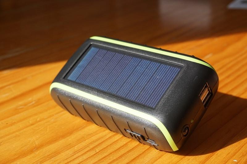 【Chargi-Q mini(チャージックミニ)ソーラーチャージャー モバイルバッテリー 】本体を太陽光に当てる
