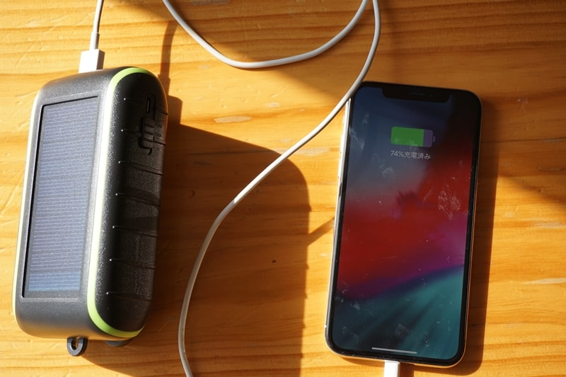 【Chargi-Q mini(チャージックミニ)ソーラーチャージャー モバイルバッテリー 】太陽光に当てながらiPhone Xを充電
