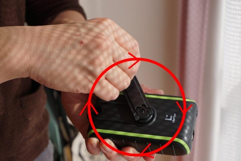 【Chargi-Q mini(チャージックミニ)ソーラーチャージャー モバイルバッテリー 】手回しハンドルは時計回りでまわす