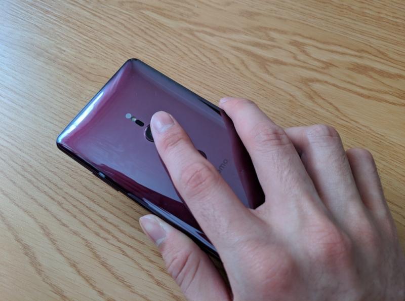 指紋認証センサーのつもりがカメラを触ってしまう