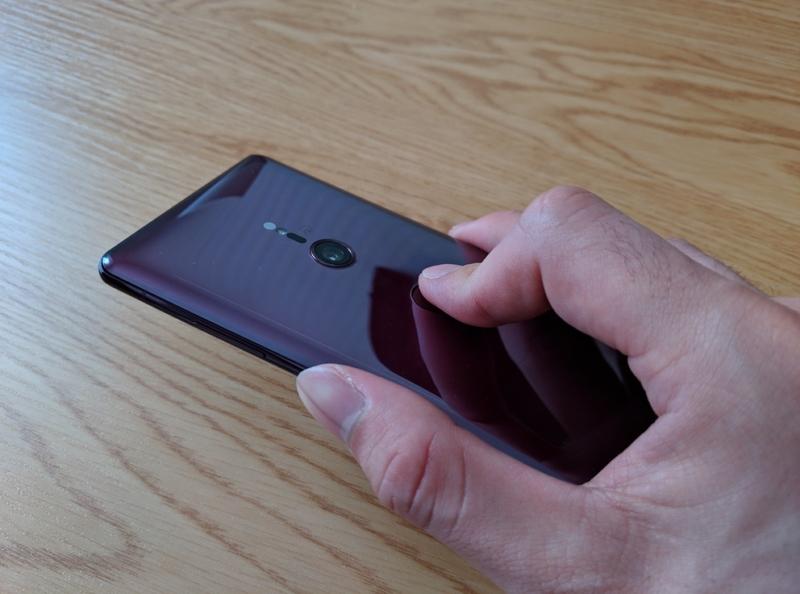 指紋認証センサーに触れる