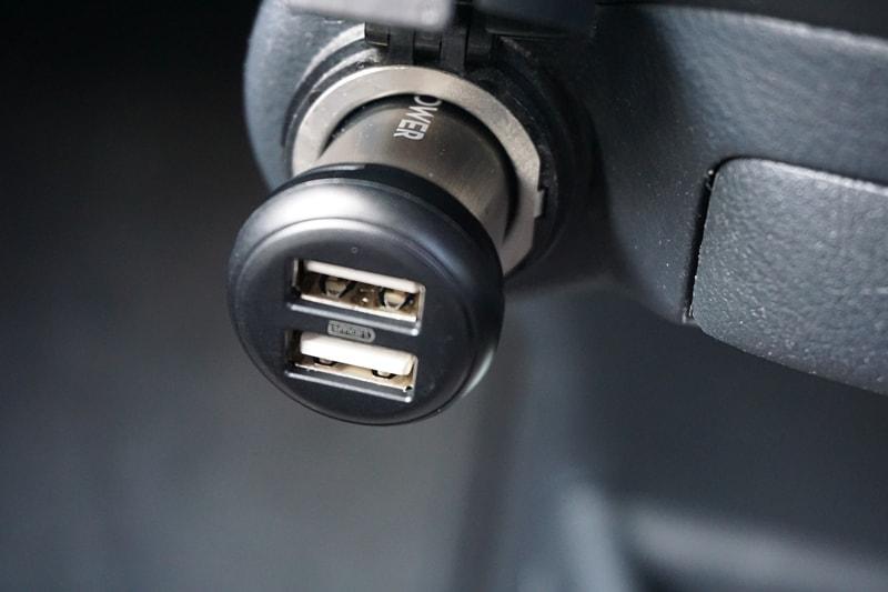 【RAVPower カーチャージャー シガーソケット USB 車載充電器】車内のシガーソケットに本体を差し込む