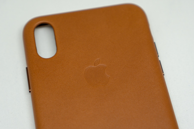 背面には純正ケースにのみ許される、Appleロゴ