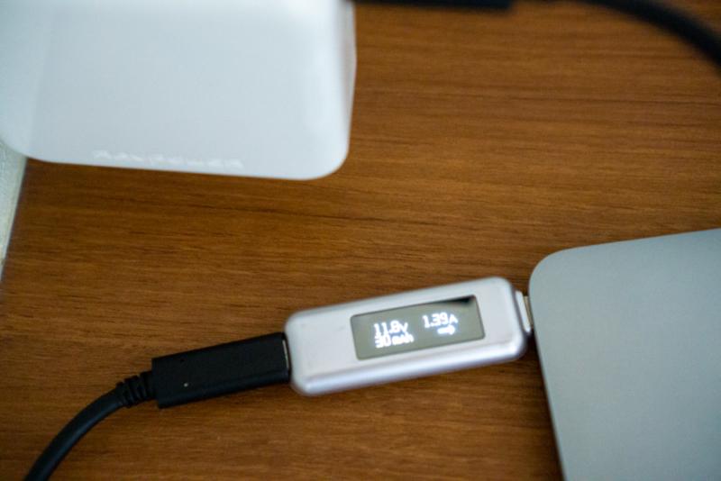 12インチMacBookを充電