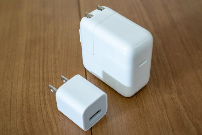 手前5W充電器、奥USB-C対応30W充電器