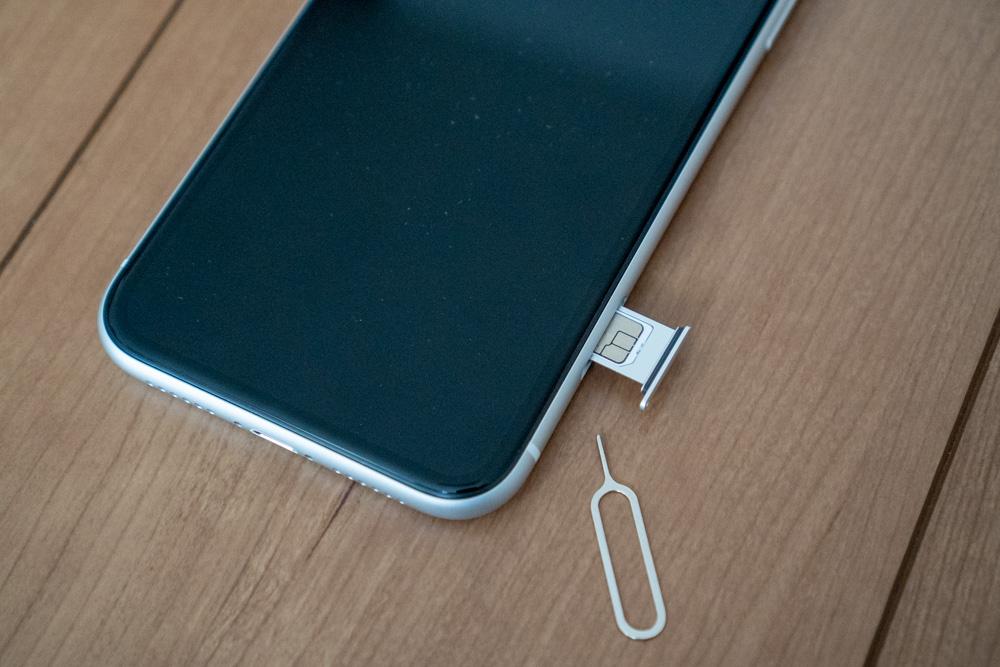 Y!mobileのSIMをさす