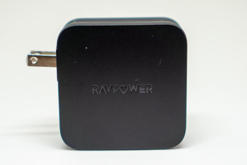 RAVPower「RP-PC105 61W 2ポートUSB充電器」の折りたたみプラグを出した状態