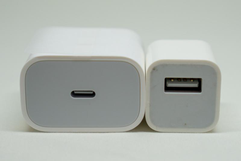 左:18W USB-C電源アダプタ  右:5W USB電源アダプタ