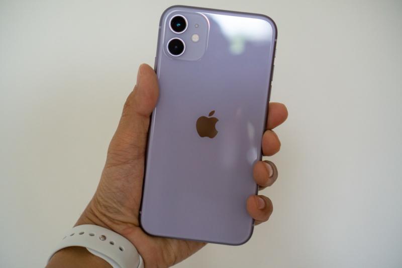 iPhone 11を手に持ってみた