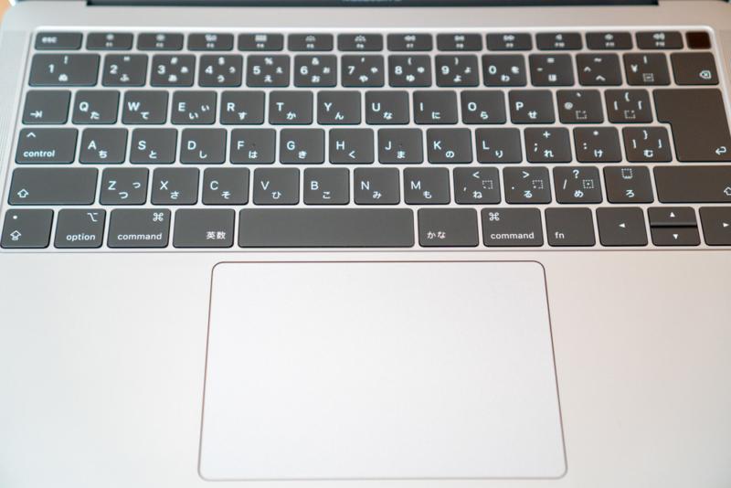 MacBookのキーボードとトラックパッド