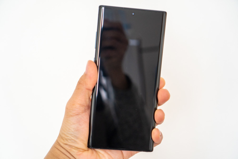 Galaxy Note10+手に持った状態