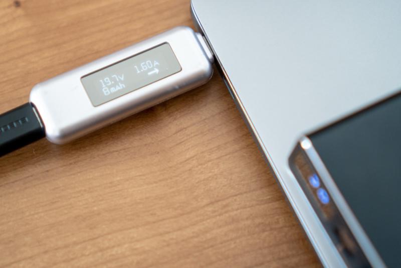 MacBook Airを充電