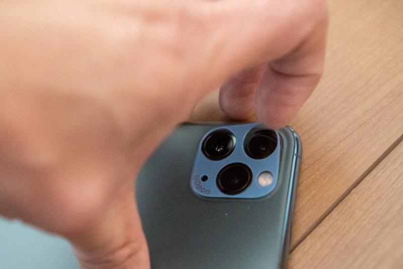 iPhone 11 Pro用を剥がす