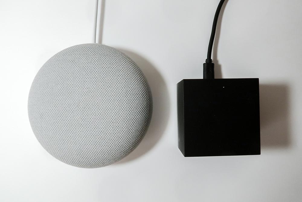 Google Nest Miniとスマートリモコンの写真