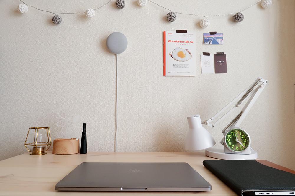 Google Nest Miniを壁掛けた状態の写真
