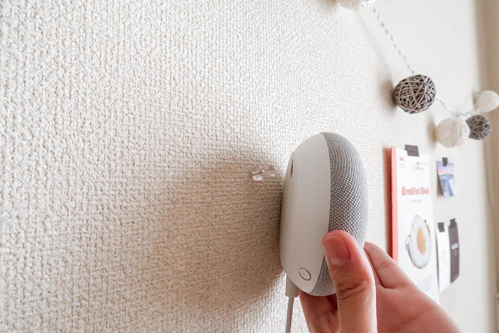 Google Nest Miniを押しピンに刺す写真