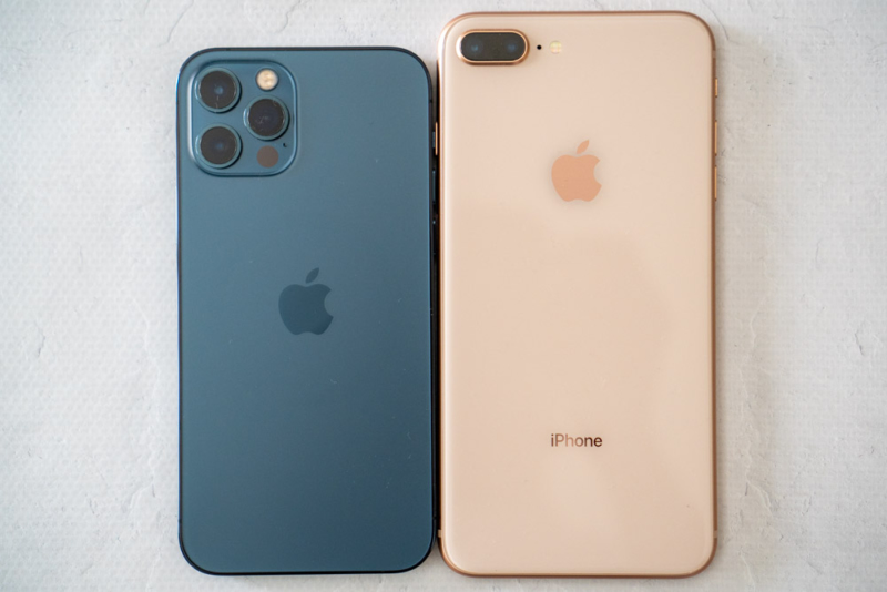 iPhone 12 ProとiPhone 8 Plusのサイズ比較